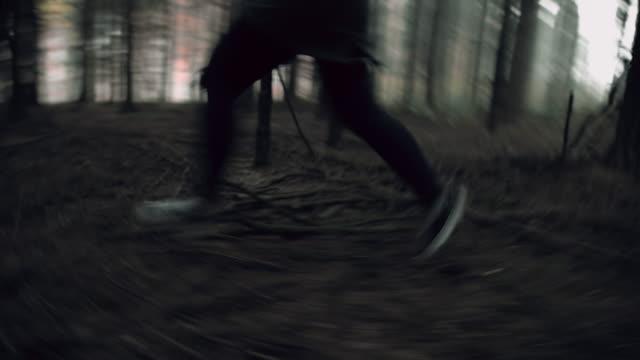 unrecognizable женщина бег в своей жизни - побег стоковые видео и кадры b-roll