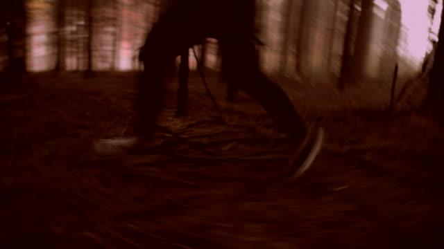 vídeos de stock e filmes b-roll de irreconhecível mulher correr para a sua vida - fugir