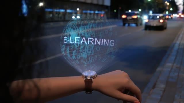 vidéos et rushes de femme méconnaissable avec l'hologramme e-learning - étudiant(e)