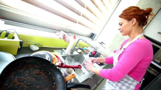 stockvideo's en b-roll-footage met slordig keuken afwas 4k - serviesgoed