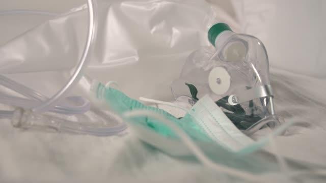 coronavirus ölümünü sembolize eden boş bir yatakta kullanılmayan vantilatör. konsept çekim - oksijen stok videoları ve detay görüntü çekimi