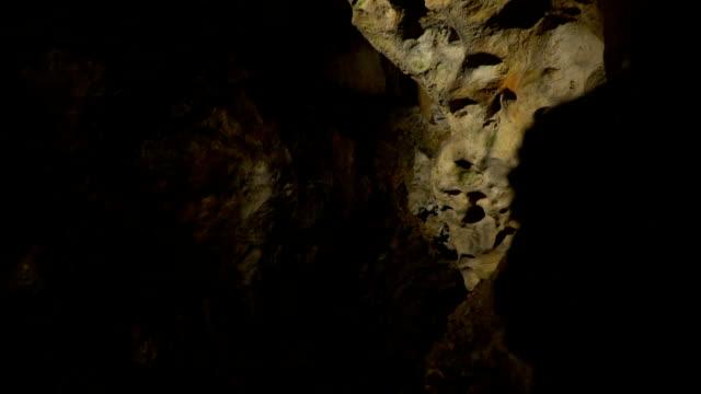 Ungewöhnliche und düstere Höhle – Video