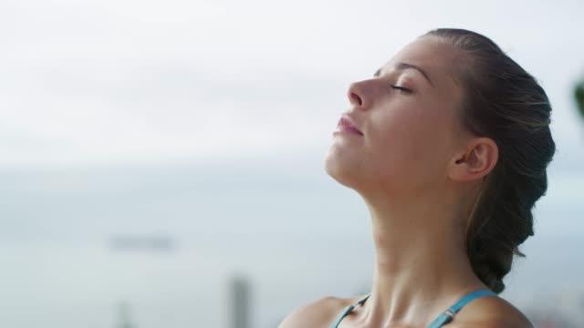 entspannen sie sich mit einer yoga-session - atemübung stock-videos und b-roll-filmmaterial