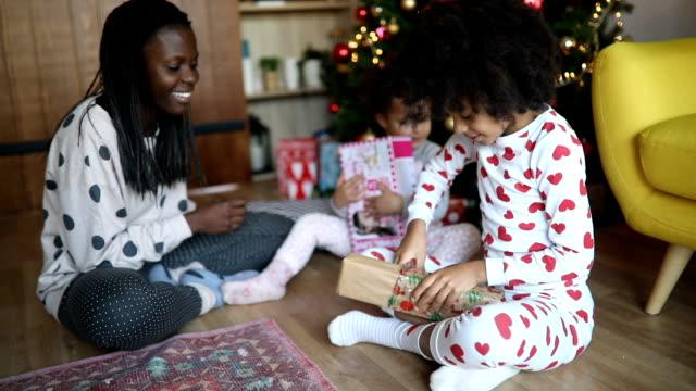 uppackning julklappar - christmas present bildbanksvideor och videomaterial från bakom kulisserna