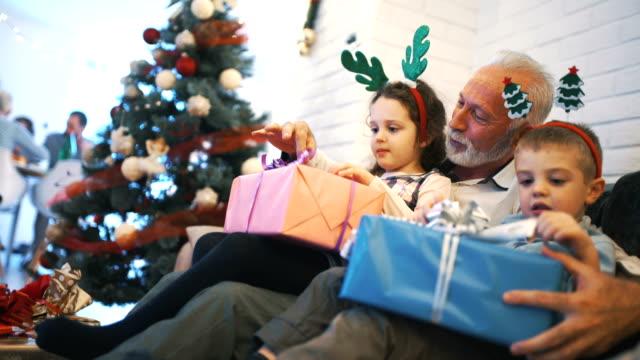 uppackning julklappar. - christmas gift family bildbanksvideor och videomaterial från bakom kulisserna