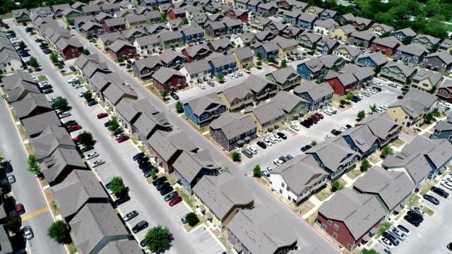vidéos et rushes de vers le haut et loin vue drone au-dessus des appartements maisons banlieue condos nouveau développement étudiant logement à san marcos (texas) - hlm