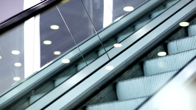 su e giù per le scale mobili - escalator video stock e b–roll