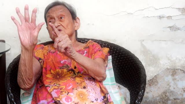 90 upp av friska gamla kvinnan utöva hennes sinne, framifrån. - stavning bildbanksvideor och videomaterial från bakom kulisserna