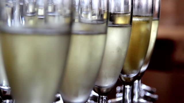nähe bild der champagner-gläser - champagner toasts stock-videos und b-roll-filmmaterial