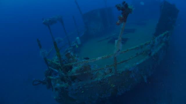 верхней веранде, нос корабля, подводный, бога кораблекрушение, bali (4k - кораблекрушение стоковые видео и кадры b-roll