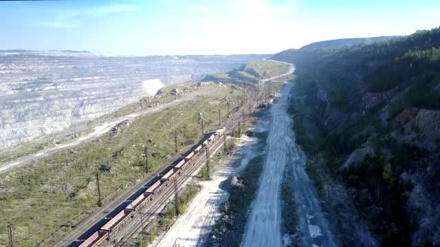 övre vy tomt godståg på järnväg vid asbest brott - empty plate bildbanksvideor och videomaterial från bakom kulisserna