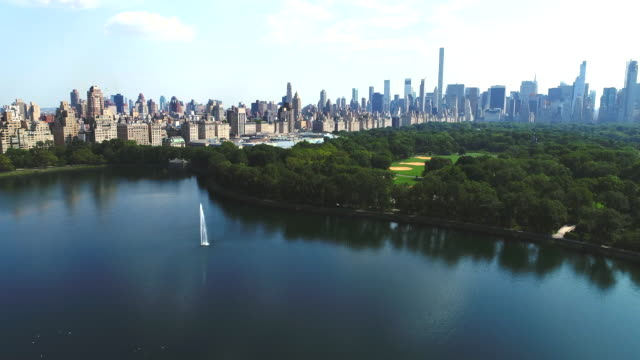 Upper west side Manhattan cityscape with Jacqueline Kennedy Onassis Reservoir Upper west side Manhattan cityscape with Jacqueline Kennedy Onassis Reservoir central park manhattan stock videos & royalty-free footage