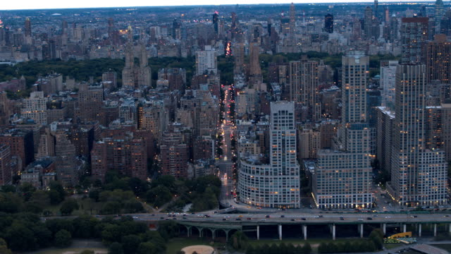 stockvideo's en b-roll-footage met antenne: upper west side skyline en luxe rivier condos in manhattan nyc - rivieroever