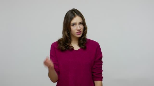 vídeos de stock, filmes e b-roll de mulher morena perturbada com expressão impaciente descontente apontando para o pulso, alertando sobre a hora final - punho