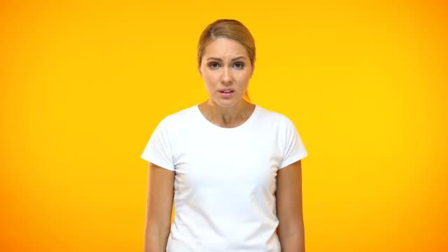 stockvideo's en b-roll-footage met boos vrouwelijk in wit t-shirt vloeken, ontevreden klant, probleem ergernis - swearing