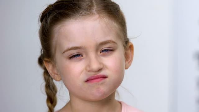 zdenerwowany dziecko kobieta nie wykazując gest mrużąc oczy, słaba choroba wzroku - negacja filmów i materiałów b-roll