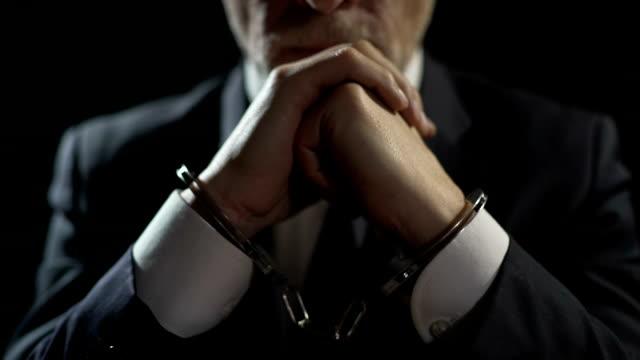 手錠をかけられ男の金融犯罪、重大な不正行為の処罰のために投獄の動揺します。 - 腐敗点の映像素材/bロール
