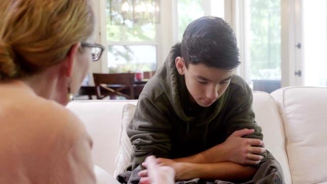 upprörd mamma föreläser tween son - parent talking to child bildbanksvideor och videomaterial från bakom kulisserna