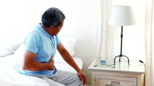 Verärgert senior Mann leidet unter Magenschmerzen 4k – Video