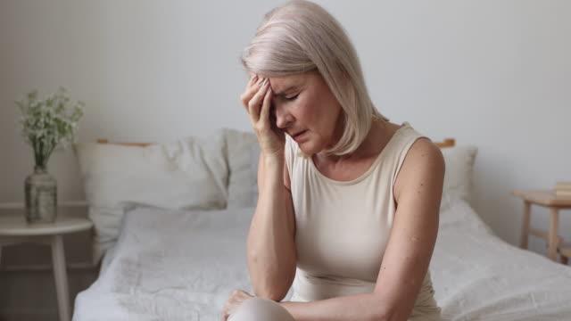 upprörd trött gammal mogen kvinna hantera morgonhuvudvärk concept - människohuvud bildbanksvideor och videomaterial från bakom kulisserna