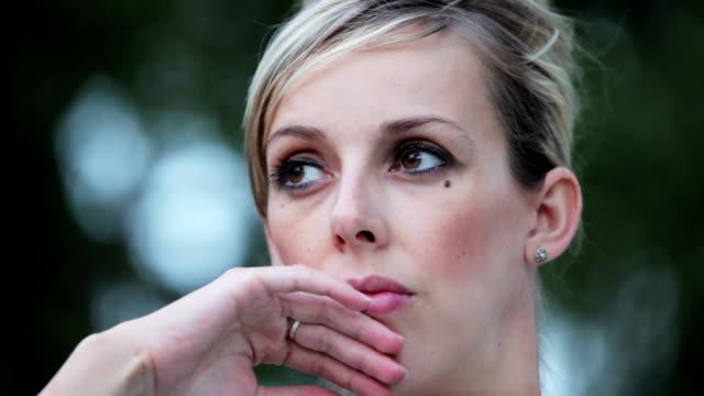 arrabbiato giovane donna - distrarre lo sguardo video stock e b–roll