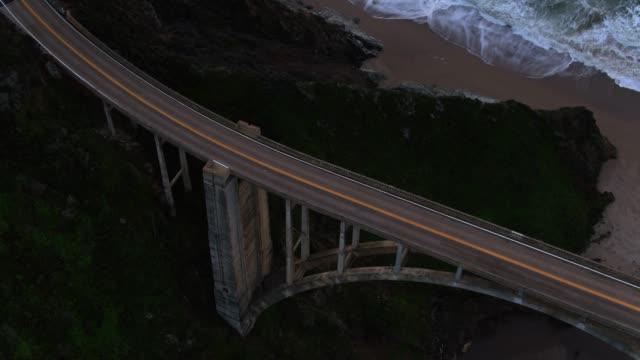 vídeos de stock e filmes b-roll de upward tilting drone shot of bixby creek bridge - big sur