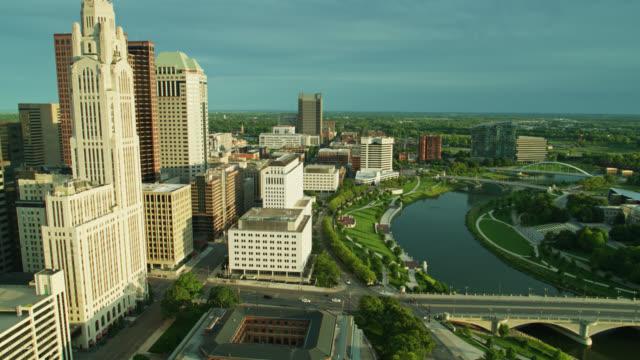 yukarı eğimli drone shot columbus, ohio - columbus day stok videoları ve detay görüntü çekimi