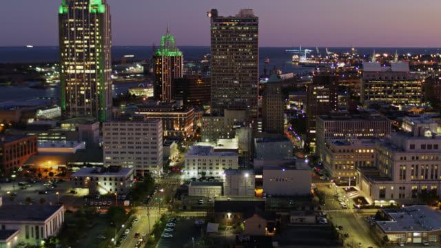yukarı eğimli drone shot downtown mobile, twilight de alabama - alabama stok videoları ve detay görüntü çekimi
