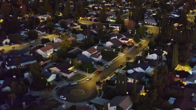 vídeos de stock e filmes b-roll de upwards tilting drone shot of northridge at night - aerial establisher - suburbano