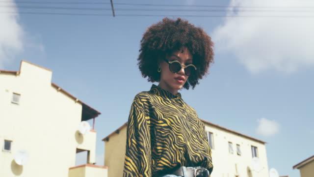 vídeos de stock e filmes b-roll de urban attitude - afro