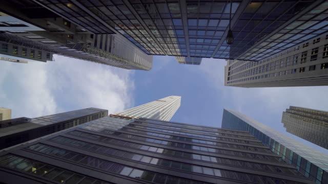 vídeos de stock, filmes e b-roll de urbano da cidade com alta bulidings, ruas, tráfego e uma atmosfera internacional. - economy
