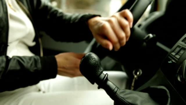 urban driving - växelspak bildbanksvideor och videomaterial från bakom kulisserna