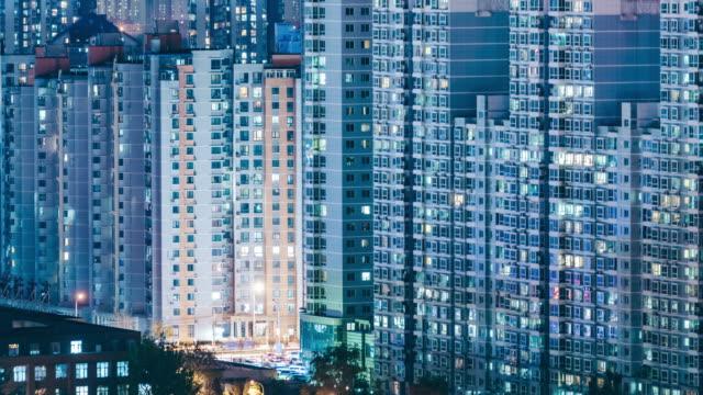 夜の住宅街を都市 t/l ms rl パン/北京、中国 - 建物の正面点の映像素材/bロール