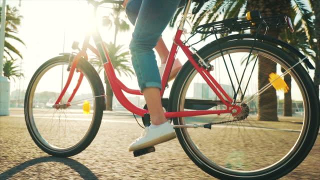 stockvideo's en b-roll-footage met urban ride in een mooie zonnige dag. - fiets