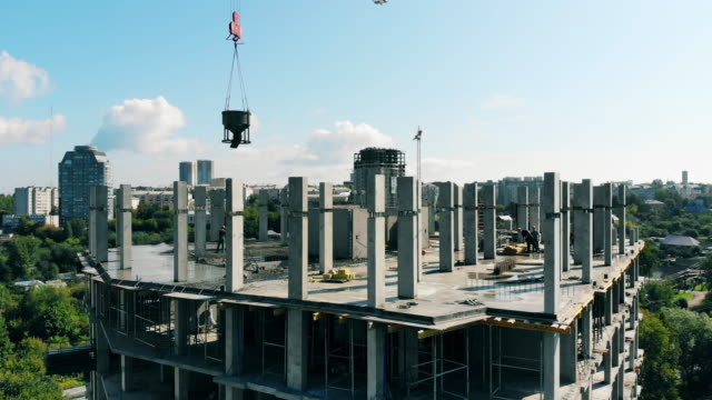 建設中の高層ビルを備えた都市サイト - クレーン点の映像素材/bロール