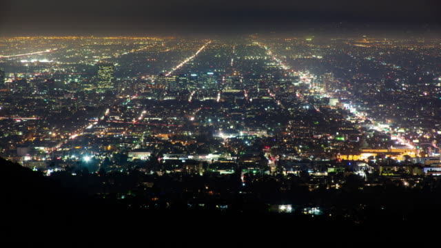 urban sprawl los angeles city streets at night - città diffusa video stock e b–roll
