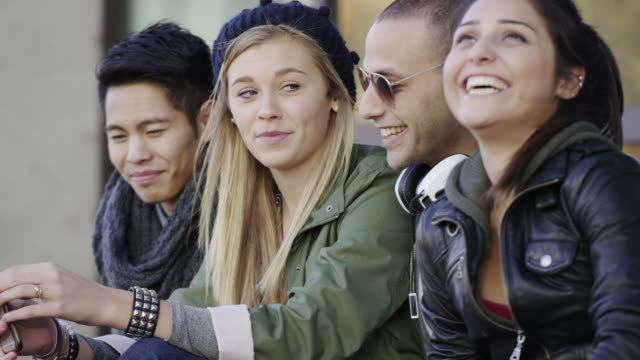 Urban adultos jóvenes y adolescentes hanging out - vídeo