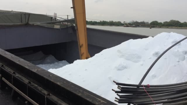 urea chemical fertilizer - fertilizzante video stock e b–roll