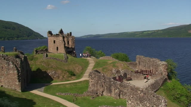 vídeos de stock, filmes e b-roll de castelo de urquhart - castelo