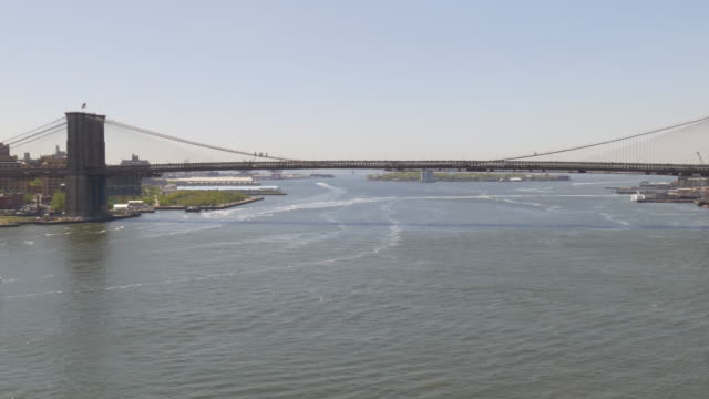 stati uniti d'america manhattan ponte estiva ponte di brooklyn fiume panorama 4 k - subway video stock e b–roll