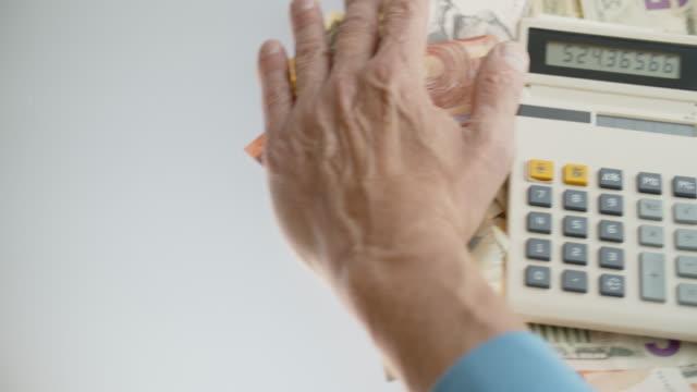 vídeos y material grabado en eventos de stock de utilice la banca móvil en lugar de la antigua mashína de conteo - accesorio financiero