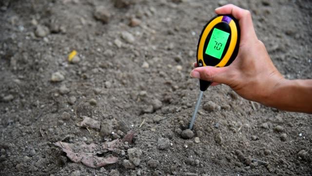 ph値を確認するために土壌phメーターを使用する - センサー点の映像素材/bロール
