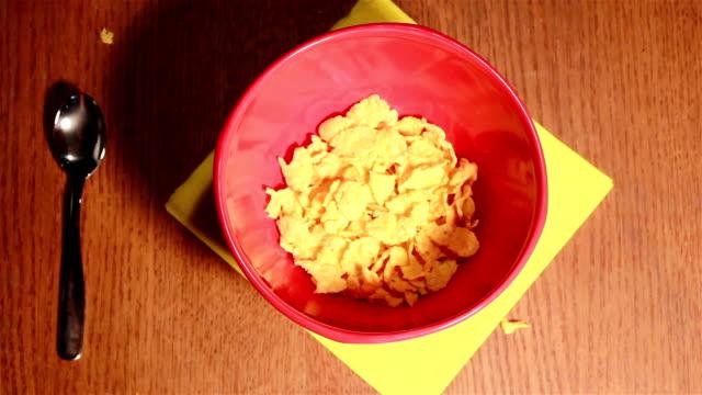 nützliche frühstück mit cornflakes und milch - milchkrug stock-videos und b-roll-filmmaterial
