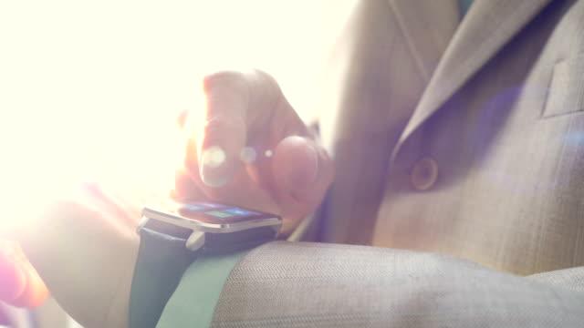 использование смарт-часы. крупным планом. - носимый компьютер стоковые видео и кадры b-roll