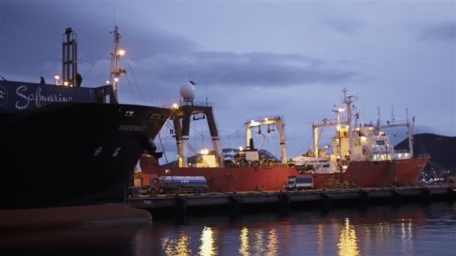 vídeos y material grabado en eventos de stock de ushuaia port, in tierra del fuego, argentina. - amarrado