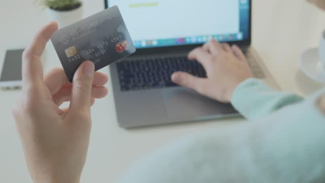 vídeos de stock, filmes e b-roll de usando um cartão de pagamento de bussines para pagar online - costumer