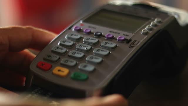 vídeos de stock, filmes e b-roll de usando um leitor de cartão de crédito - pin