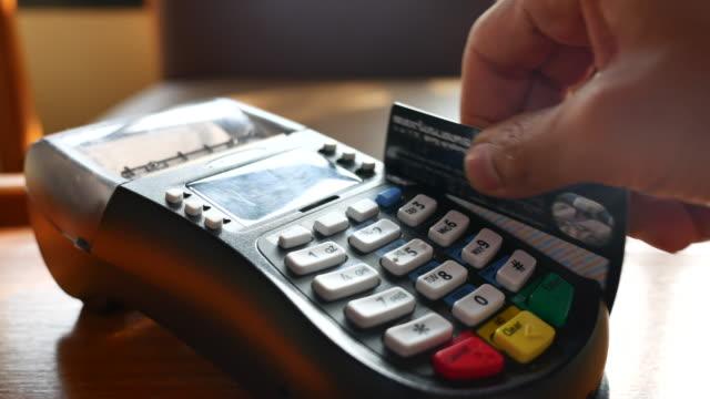 クレジット カード リーダーでのクレジット カードの使用 - クレジット決済点の映像素材/bロール