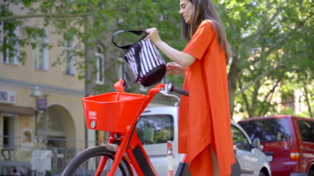 공유 전기 자전거 사용 - 한 명의 젊은 여자만 스톡 비디오 및 b-롤 화면