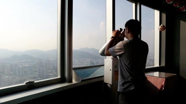 双眼鏡を使って - 広東省点の映像素材/bロール